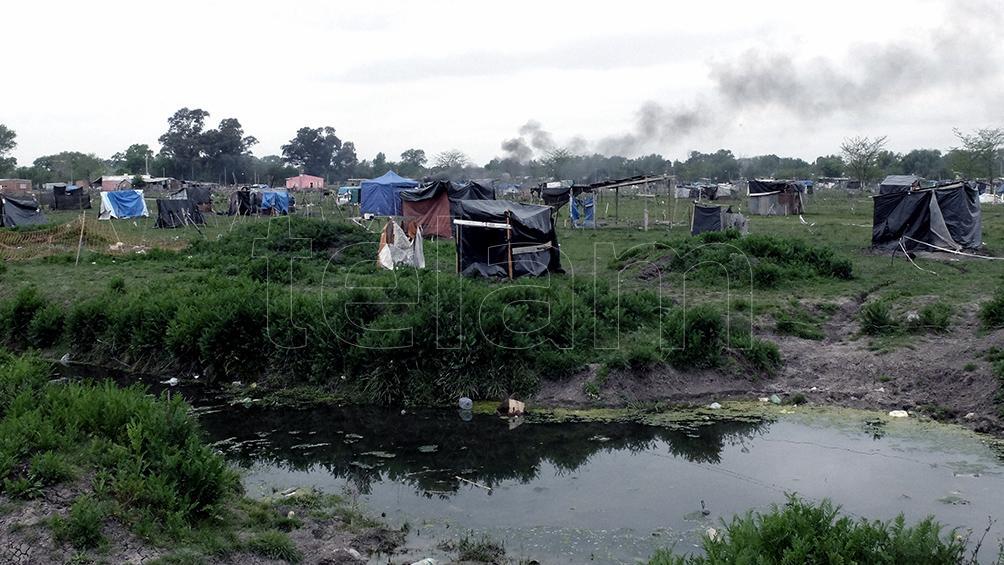 La intensa lluvia dificulta el relevamiento de las familias que aún quedan en la toma