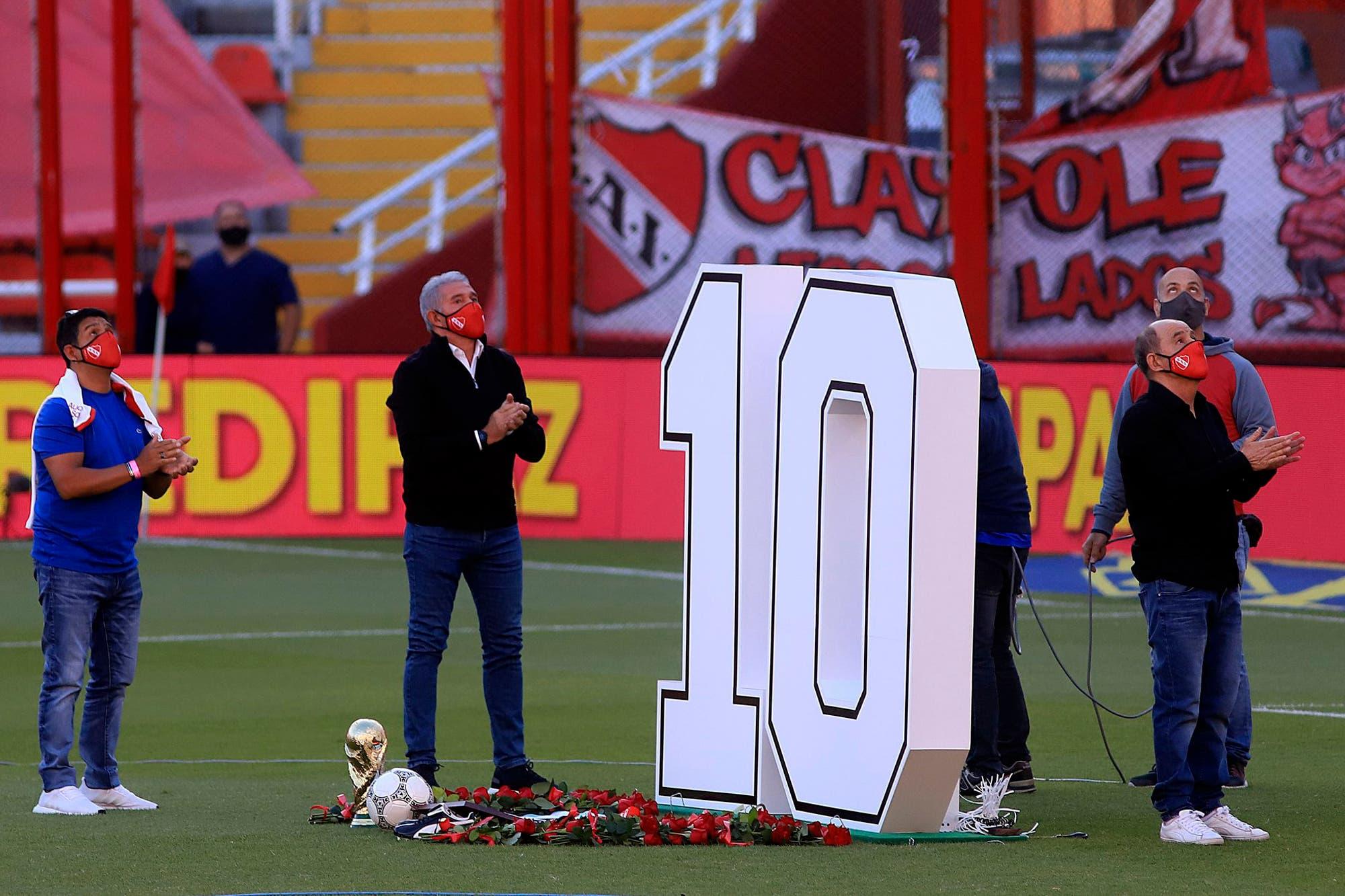 Diego Maradona. El emotivo homenaje de Independiente al ídolo, con Jorge Burruchaga y Ricardo Bochini