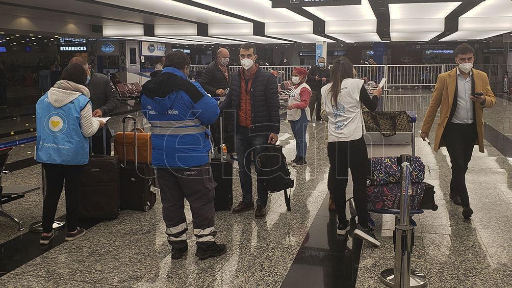 migraciones:-podran-ingresar-al-pais-extranjeros-que-sean-parientes-directos-de-argentinos